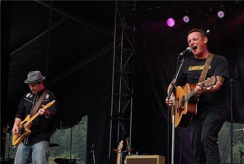 Dakota Pearl's frontman Adam Leggett working the crowd. Photo: Jonathan Penfield | Mountain Weekly News