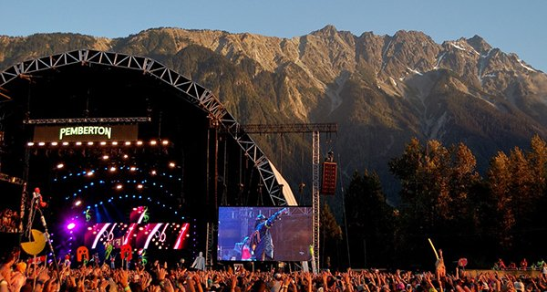 Missy Elliot performing under a fiery sunset. Photo: Jonathan Penfield | Mountain Weekly News
